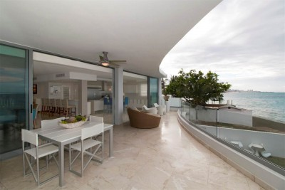 Masterful Indoor/Outdoor Balcony Luxurious Oceanfront Apartment